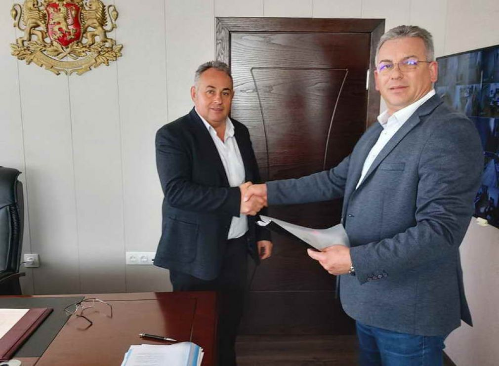 Кметът инж. Елин Радев подписа договор на стойност 100 хил. лева. Асфалтират площада пред Кметството в Барутин и улица в гр. Доспат