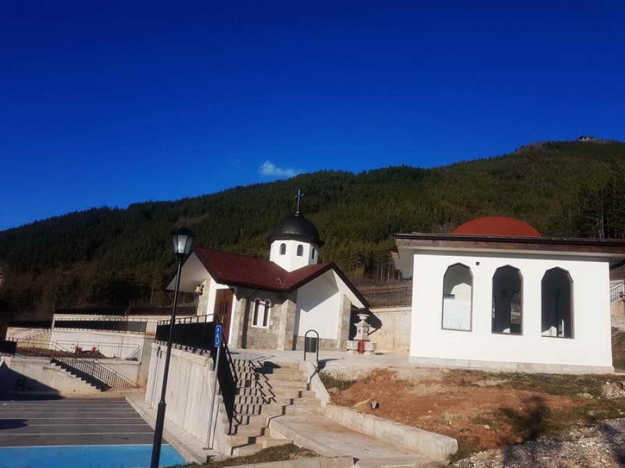 Християнски и мюсюлмански храм до вечния дом в Девин