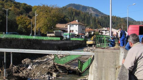 Кметът Мелемов и областният управител Славов провериха как се почистват речните корита