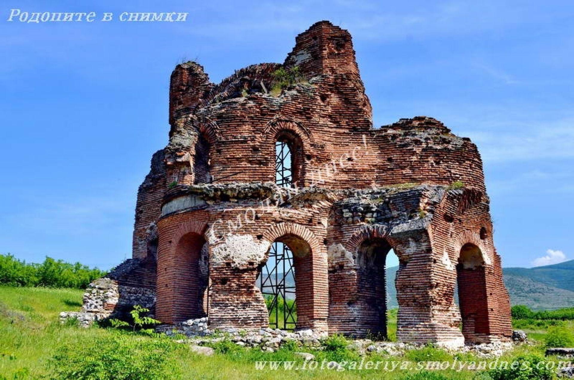 Червената църква - град Перущица