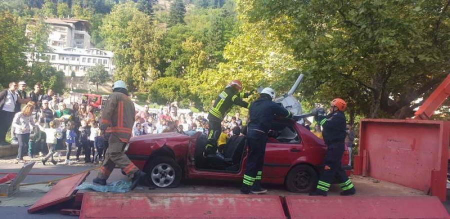 Пожарникарите с атрактивна демонстрация в центъра на Смолян