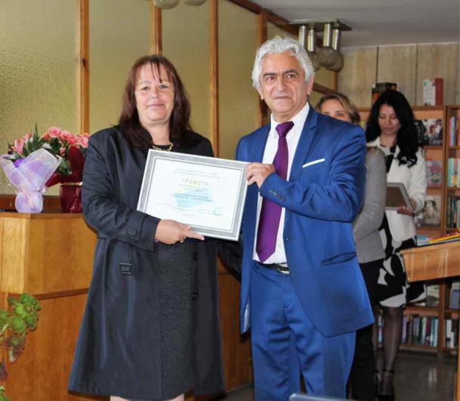 """Заместник-областният управител Андриян Петров връчи наградите на победителите в ежегодния конкурс """"Библиотека на годината"""" и """"Библиотекар на годината"""""""
