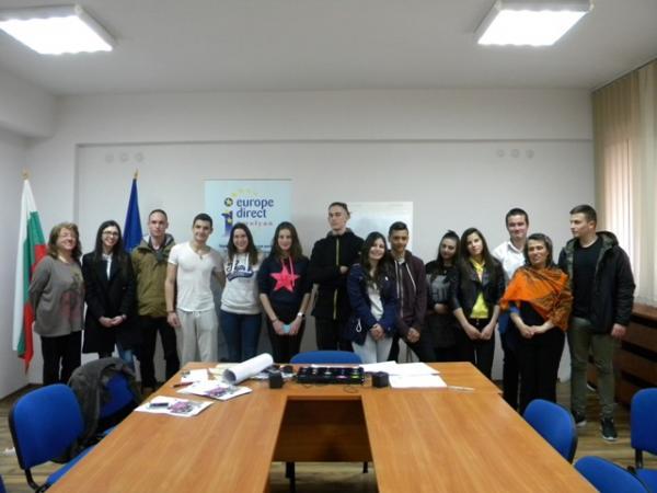 моменти от заниманията в Младежката медийна лаборатория в Смолян