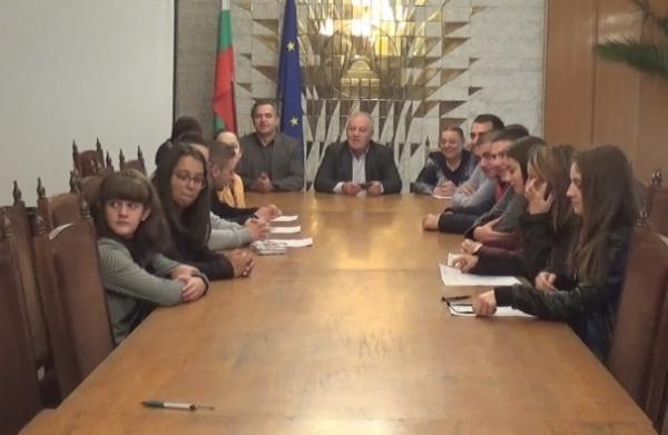 Ученици от четири смолянски  училища управляваха община Смолян за един ден  Кмет беше седмокласничката Елена Стоева