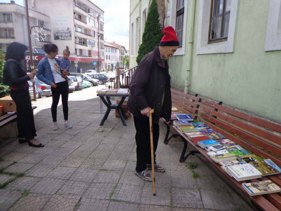 Атанас Аврамов разглежда книгите