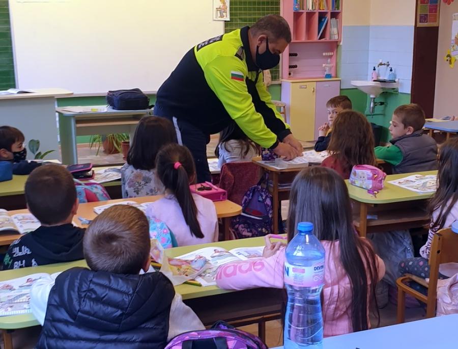 Полицейски служители изнасят беседи по пътна безопасност в училищата на територията на област Смолян
