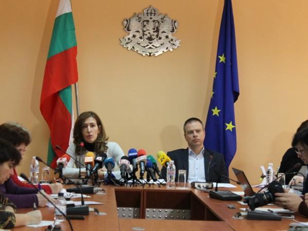 Министър Ангелкова: 61% от българите са готови да пътуват и почиват в страната, но нямат достатъчно информация
