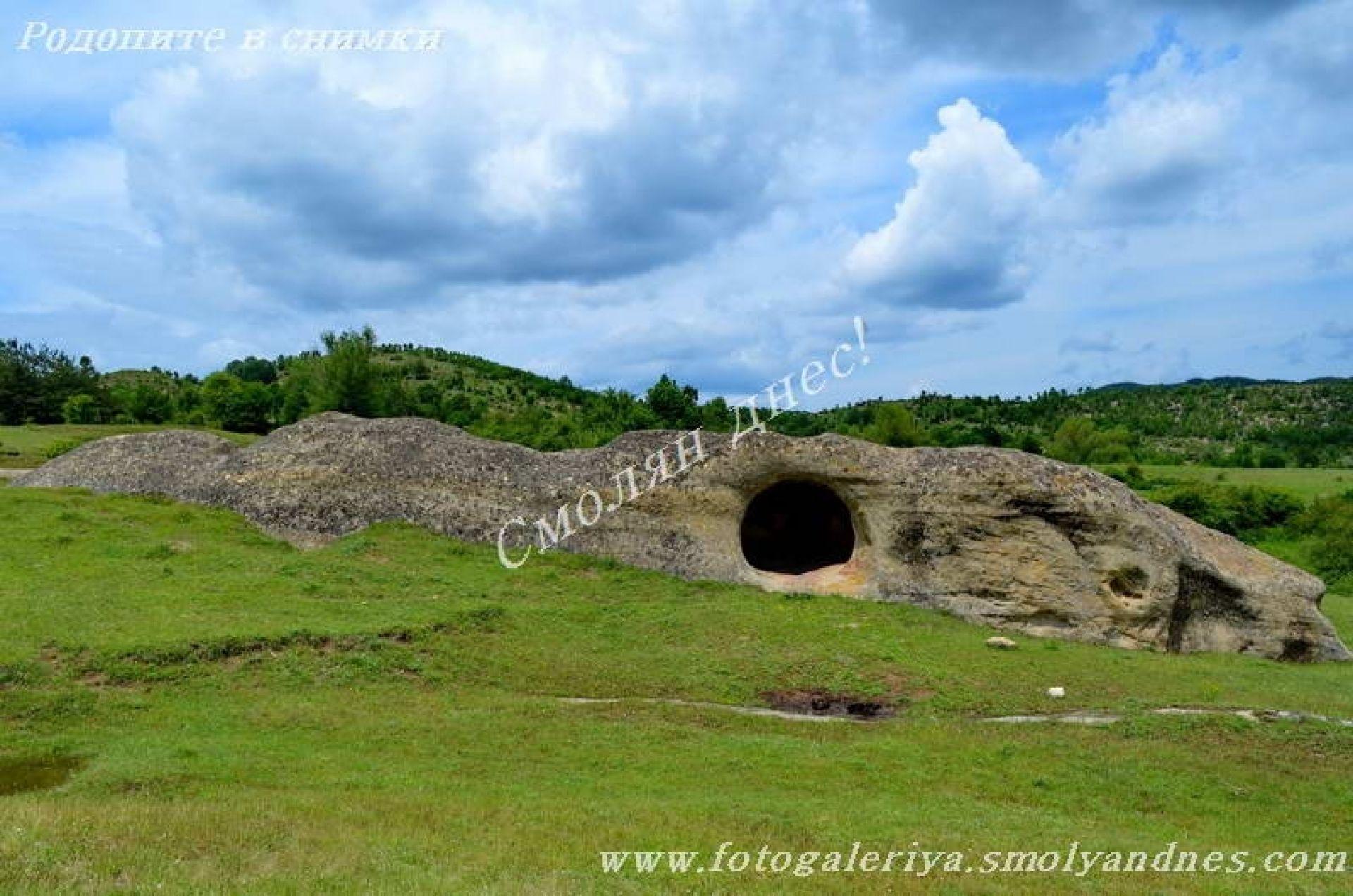 Скална гробница - село Бенковски