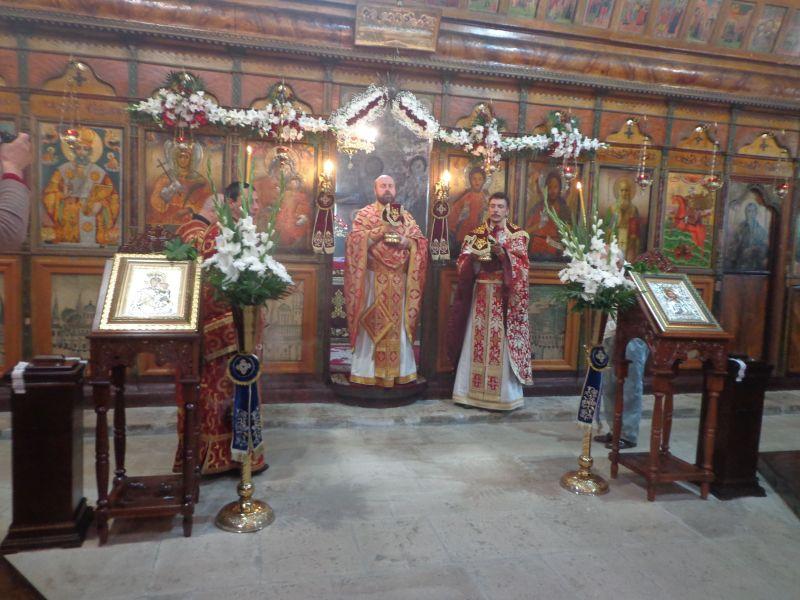 Отец Запрян Шиков , отец Васил Маджаров и светите дарове