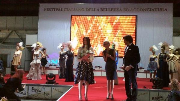 София Борисова (вляво) и Биляна Екснер на сцената на Италианския фестивал заедно с певеца Ивайло Колев