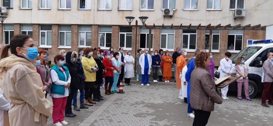 С вой на сирени и едноминутно мълчание здравните работници от МБАЛ - Смолян почетоха паметта на починалите медици