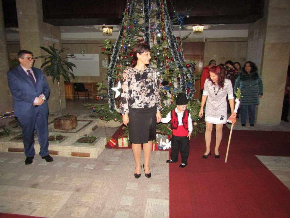 """Деца от ОДЗ """"Родопчанче"""" повдигнаха Коледния дух в Областна администрация Смолян"""