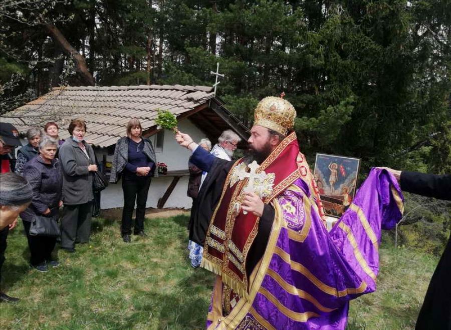 В Момчиловци епископът помоли Възкръсналият Христос да ни благослови и освети, за да бъдем синове и дъщери на Светлината на света
