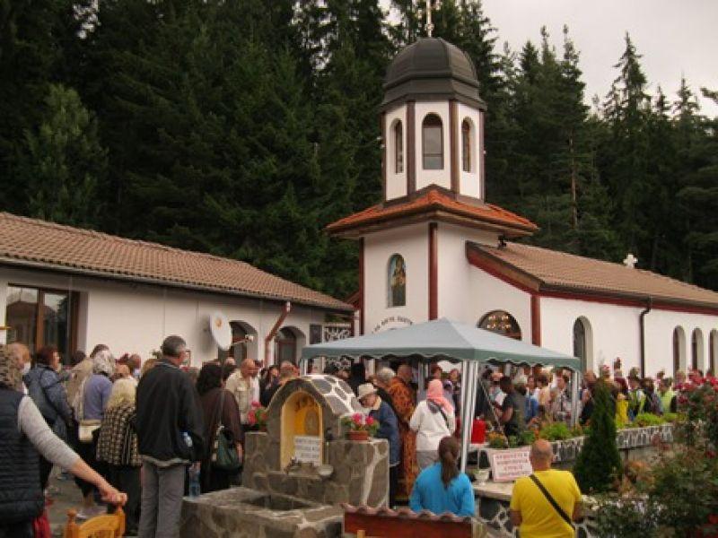 """В манастира: """"Всички сме тук, защото вярваме, че ще измолим   изцеление и благополучие."""""""
