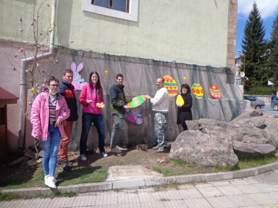 "Настоятели от НЧ""Балкански просветител-1871"" украсиха великденски кът в двора на читалището"