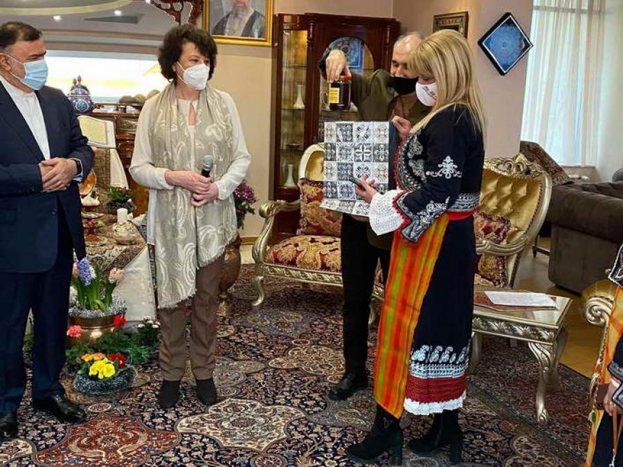Посланикът на Иран получи овчарска гега от кметове в носии