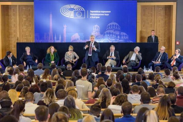 Председателят на Европейския парламент Антонио Таяни имаше среща с млади българи в Софийския университет