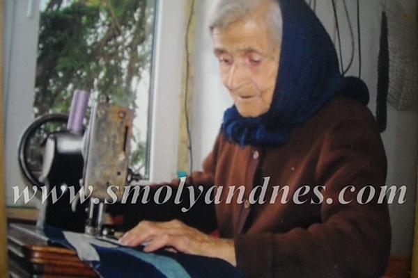 Всяка година стогодишната баба Шина води хорото на събор в Манастир