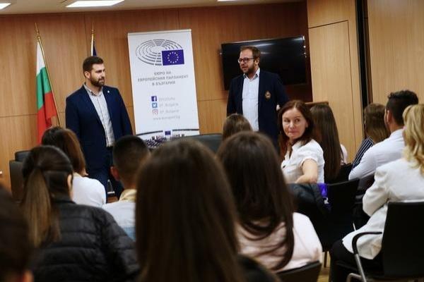 Ученици от Златоград, Мадан и Смолян научиха повече за ЕП на посещение в София