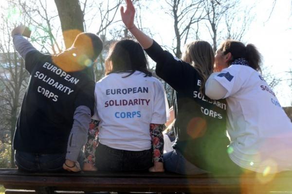 Инвестиции в младежта на Европа: Комисията стартира Европейския  корпус за солидарност