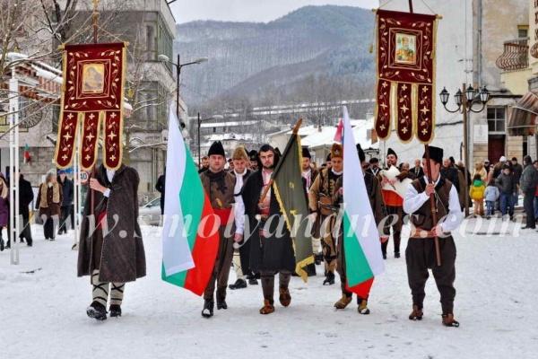 Родопски хайдути поведоха шествие за 3 март с пищови и гайди