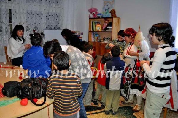 Баба Марта посети децата от дома в Широка лъка