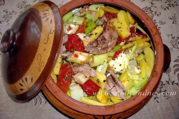 Агнешко месо със зеленчуци в гювеч
