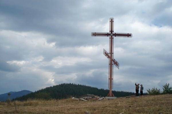 Родолюбци издигнаха кръст над село Солища